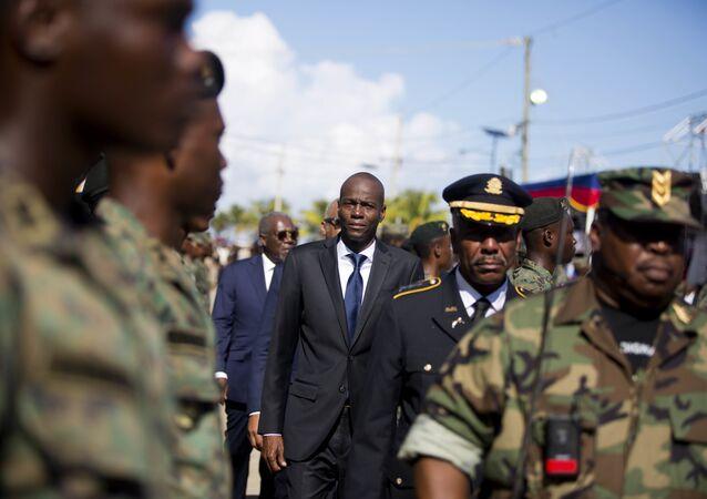 Presidente do Haiti, Jovenel Moise, em desfile com as Forças Armadas do Haiti.