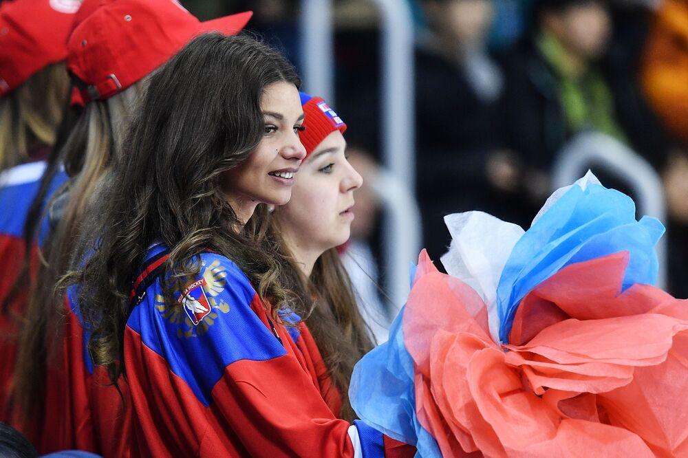 Torcedoras russas assistem o jogo entre equipes femininas da Rússia e Canadá