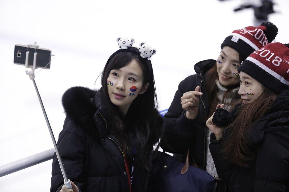 Torcedoras sul-coreanas tiram selfie