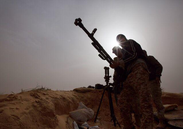 Soldados da Líbia instalam arma para combater contra militantes em Al-Ajaylat, perto de Trípoli, Líbia, 21 de fevereiro de 2015