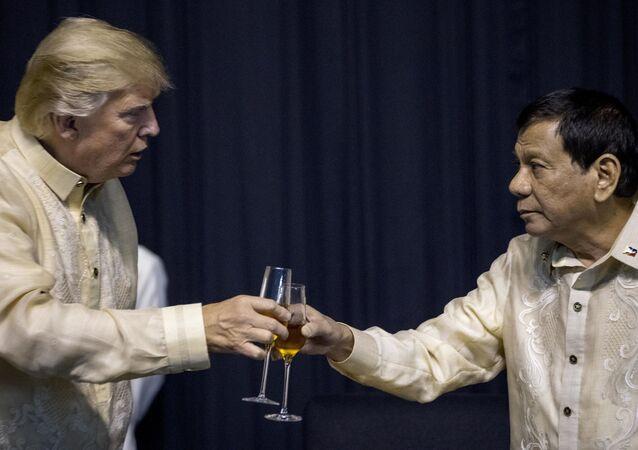 O presidente Donald Trump brinda com o presidente das Filipinas, Rodrigo Duterte, em um jantar da Cúpula da ASEAN no Centro de Convenções SMX, em novembro de 2017
