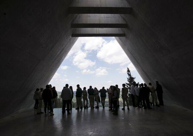 Visitantes no Museu de História do Holocausto de Yad Vashem em Jerusalém