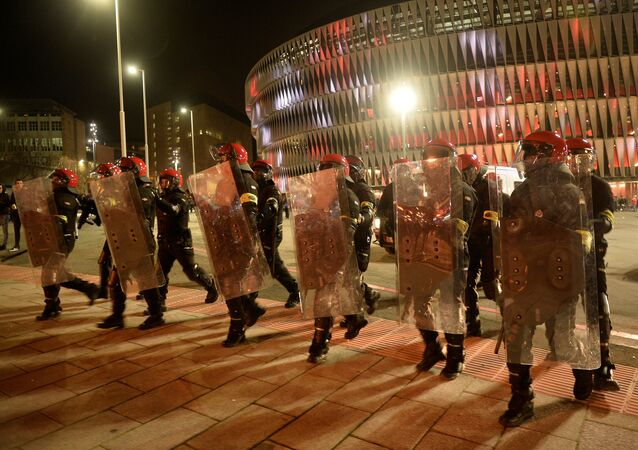 Confrontos entre torcida e polícia antes da partida entre Spartak de Moscou e Atlético de Bilbao pela Liga da Europa