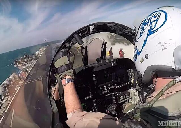 Uhu! Eis o que sente piloto decolando de porta-aviões em poucos segundos