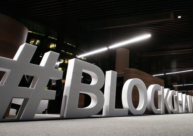As letras gigantes, com a palavra Blockchain, são exibidas na capital da Lituânia, Vilnius