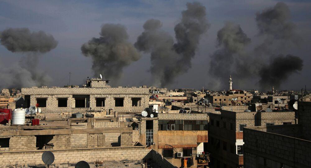 Fumaça provocada por ataques na região de Ghouta Oriental, nos arredores de Damasco (arquivo)