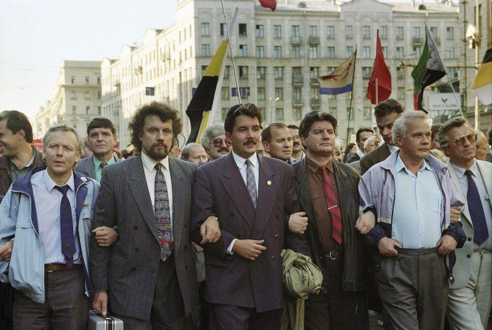 Sergei Baburin com outros políticos russos participa de uma marcha marcando um aniversário da crise constitucional que a Rússia viveu em 1993