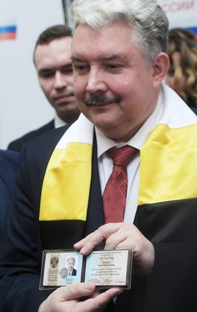 Sergei Baburin mostra seu crachá de candidato a Presidente da Rússia