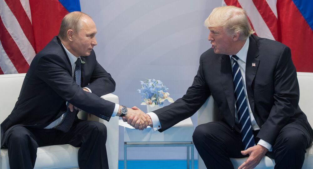 O presidente da Rússia, Vladimir Putin, e seu homólogo estadunidense, Donald Trump, falam nas margens da cúpula do G20, na Alemanha, em 2017