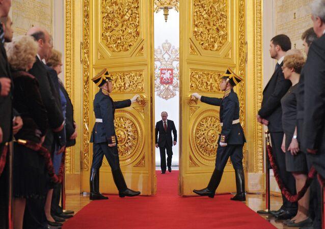 O presidente recém-eleito da Rússia, Vladimir Putin, entra em um dos salões do Kremlin no início da cerimônia de tomada de posse, em 7 de maio de 2012