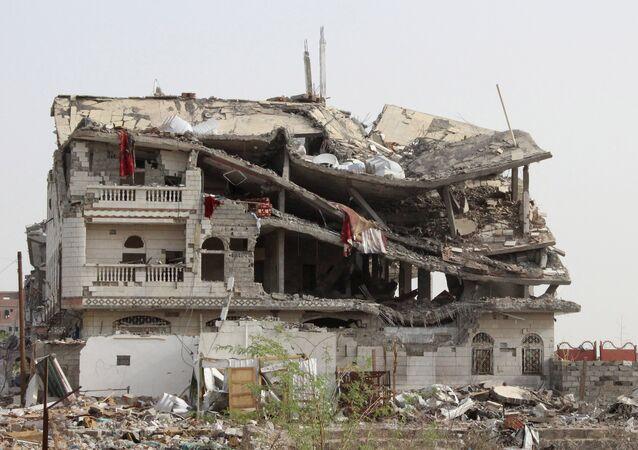 Casa destruída após ataque aéreo da Arábia Saudita a Hajja, no Iêmen.
