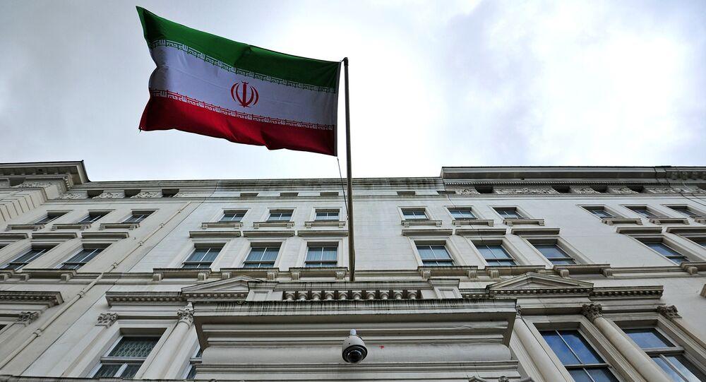Bandeira iraniana na embaixada do Irã em Londres