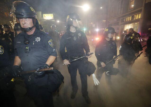 Policiais em Oakland durante protestos contra Trump (foto de arquivo)
