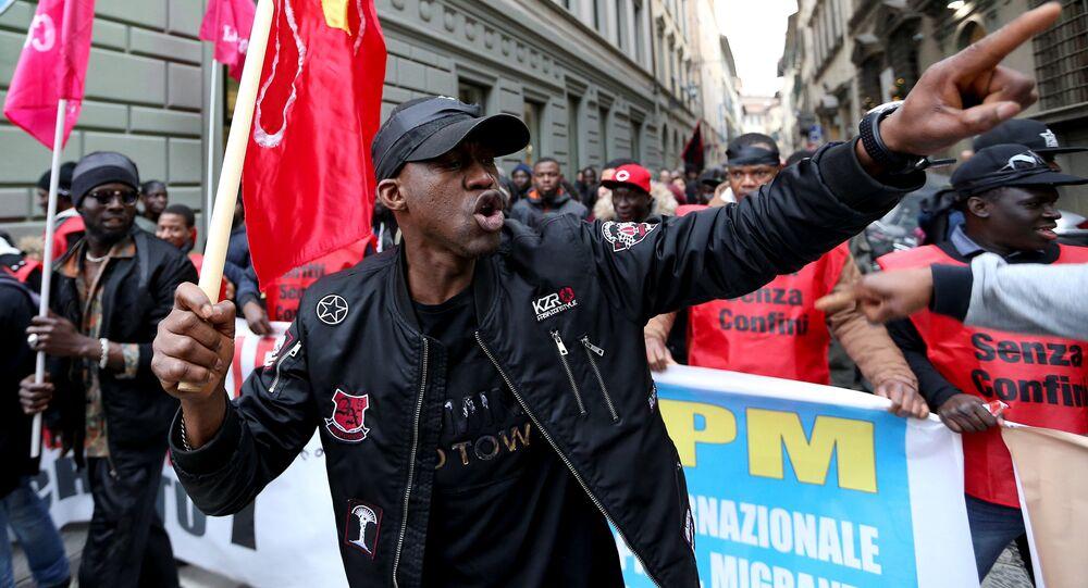 Um homem assiste a uma manifestação contra o racismo e em apoio de Idy Diene, um vendedor ambulante senegalês que foi morto por um italiano, em Florença, Itália, em 10 de março de 2018.