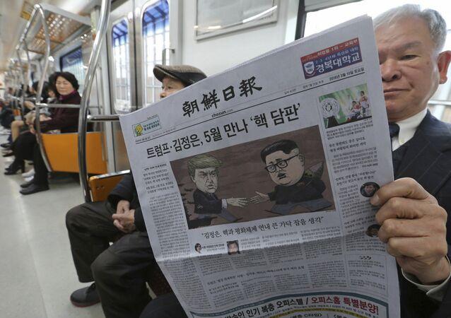 Jornal sul-coreano com charges de Donald Trump e Kim Jong-un na capa