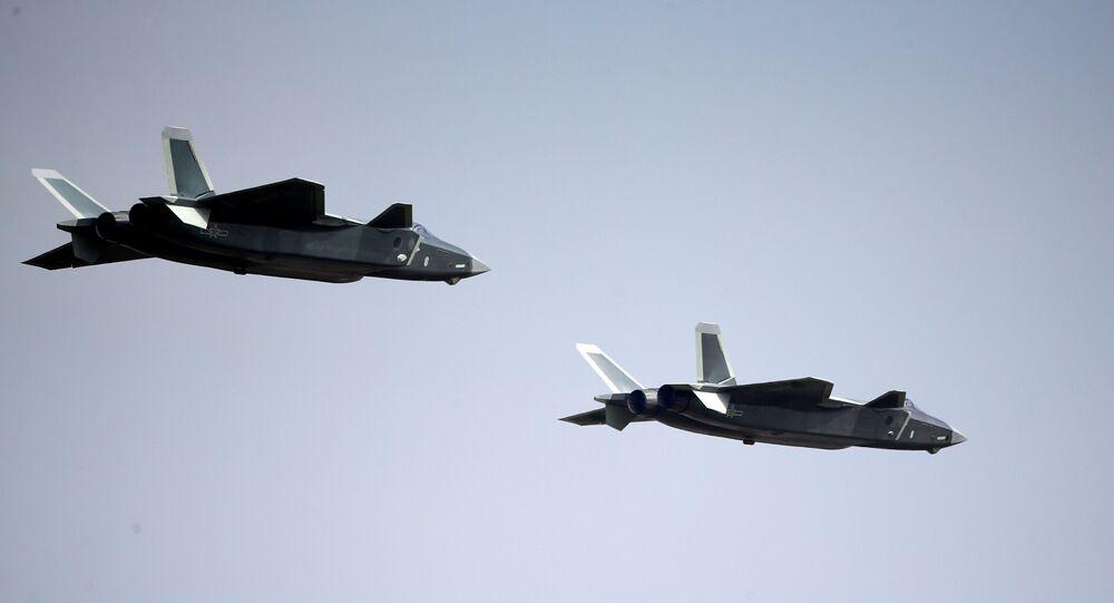 Dois caças Chengdu J-20 durante apresentação na Airshow China en Zhuhai