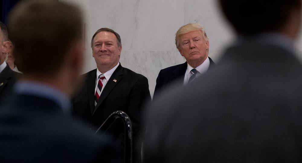Presidente dos EUA, Donald Trump, acompanhado por diretor da CIA recém-nomeado, Mike Pompeo, na agência (foto de arquivo)