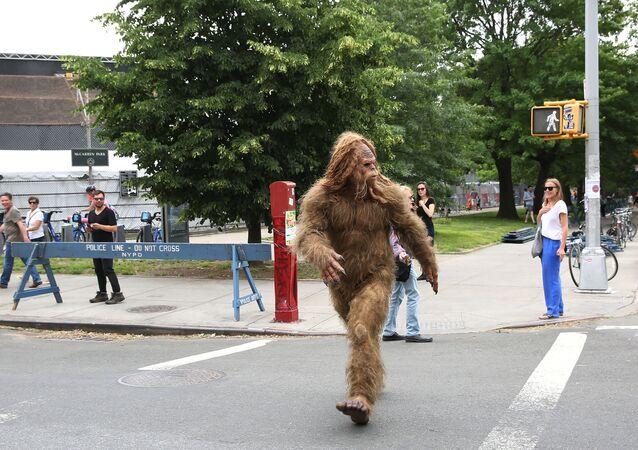 Pé Grande visto passeando pelas ruas do Brooklyn durante o Northside Festival em Nova York, 11 de junho de 2016