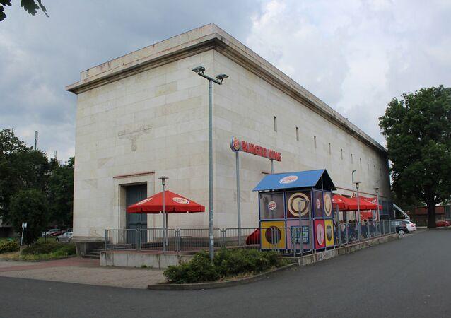 Um usuário da Reddit publicou uma foto de um restaurante Burger King em Nuremberg localizado dentro da construção de uma subestação de energia local de Adolf Hitler