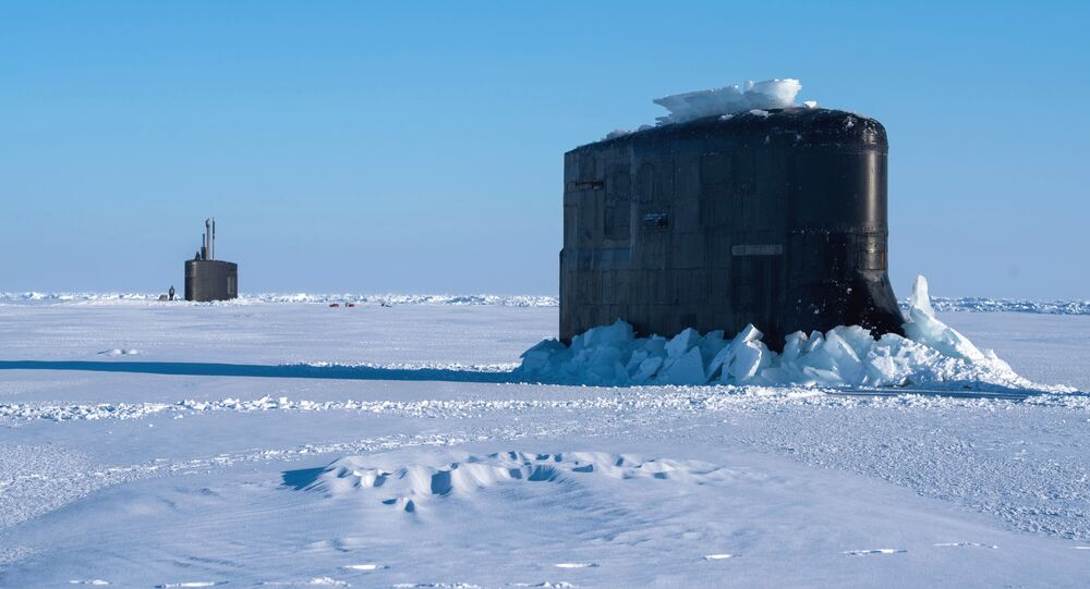 Submarinos norte-americanos USS Connecticut e USS Hartford emergem do gelo no Ártico