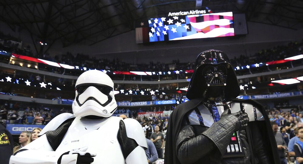 Darth Vader e Storm Trooper durante hino nacional antes do jogo de basquete NBA entre LA Clippers e Dallas Mavericks, em Dallas, 2 de dezembro de 2017