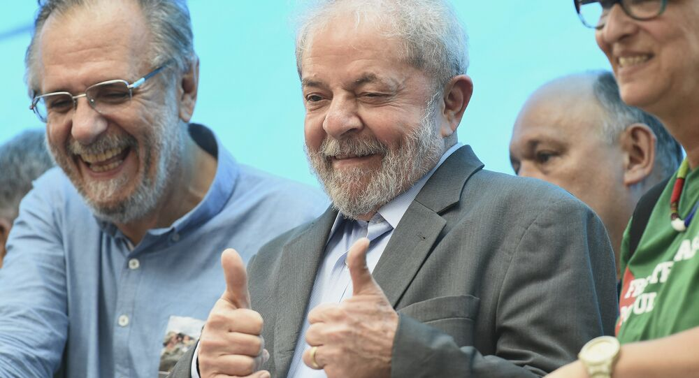 Ex-presidente do Brasil Luiz Inácio Lula da Silva, no centro, gesticula aos manifestantes, em Porto Alegre.