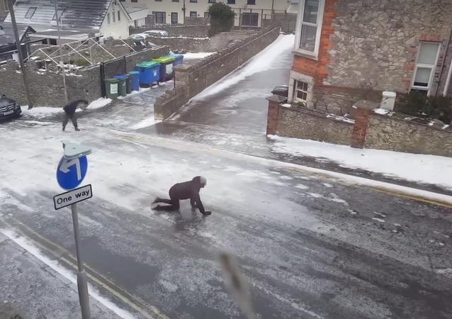 Chuva congelante deixa moradores literalmente 'de quatro'