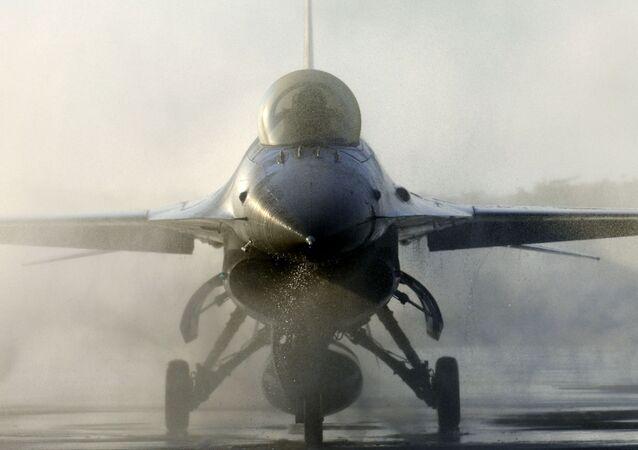 Истребитель F-16 на аэродроме
