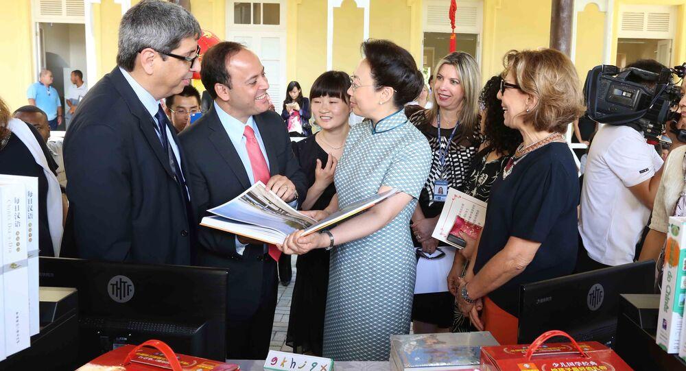 Primeira-dama da China, Cheng Hong, em visita ao Colégio Estadual Matemático Joaquim Gomes de Souza, em Niterói, no dia 20 de maio de 2015