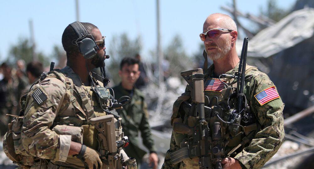 As forças dos EUA na sede da Unidade de Proteção do Povo Curdo (YPG) perto de Malikiya, na Síria, em 25 de abril de 2017.