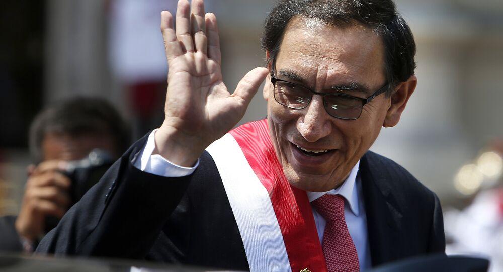 O presidente do Peru, Martin Vizcarra, acena antes de seguir para a residência presidencial. Ele assumiu a presidência após a renúncia de seu antecessor, Pedro Pablo Kuszinski.