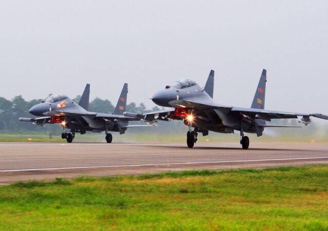Dois jatos SU-30 chineneses prestes a realizar uma patrulha sobre o mar do sul da China.