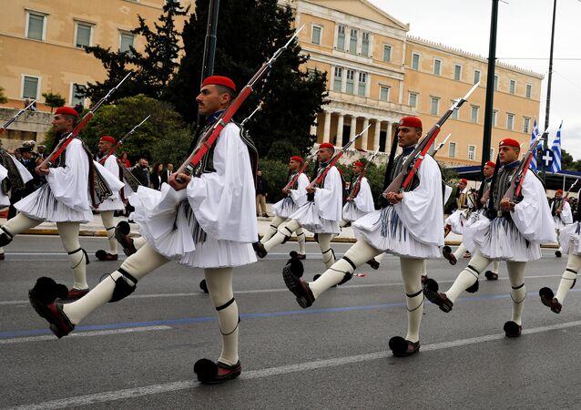 Guarda Presidencial Grega marcha durante uma parada militar marcando o Dia da Independência da Grécia em frente ao prédio do Parlamento em Atenas, Grécia.