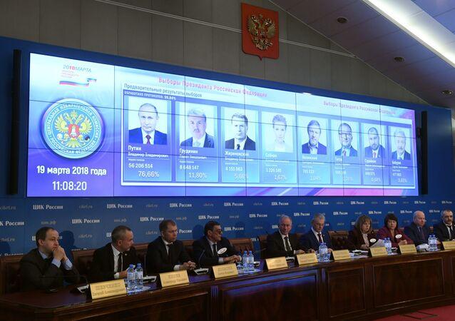 Resultados preliminares da eleição presidencial russa mostrada em uma tela no centro de informações da Comissão Eleitoral Central Russa.