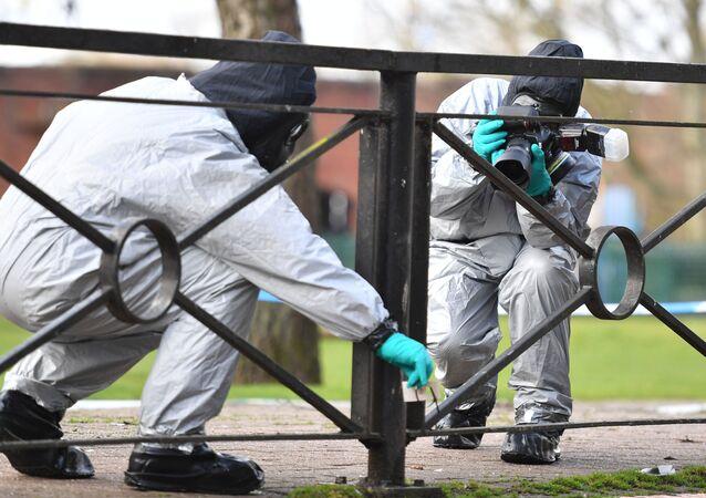 Especialistas britânicos investigando a área onde foi envenenado o ex-agente russo Sergei Skripal e sua filha, 16 de março de 2018