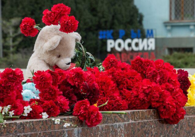 Flores e brinquedos na Praça Lenin para prestar homenagem às vítimas do incêndio no shopping em Kemerovo