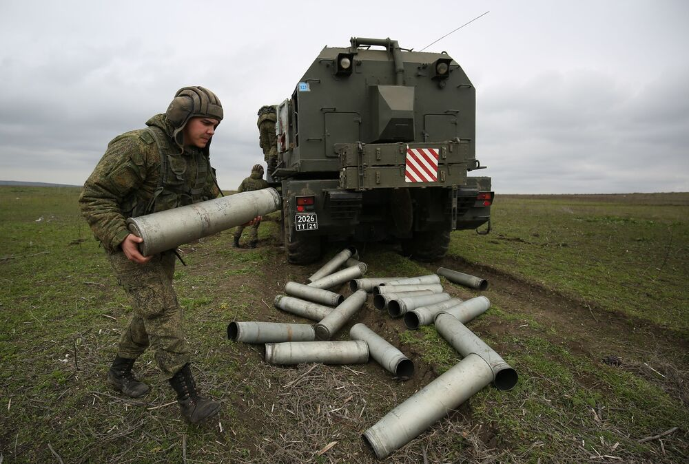 Militar russo junto ao sistema de artilharia autopropulsada A-222 Bereg durante os treinamentos das tripulações das Tropas de Mísseis e Artilharia russas no polígono Zhelezny Rog, na região de Krasnodar