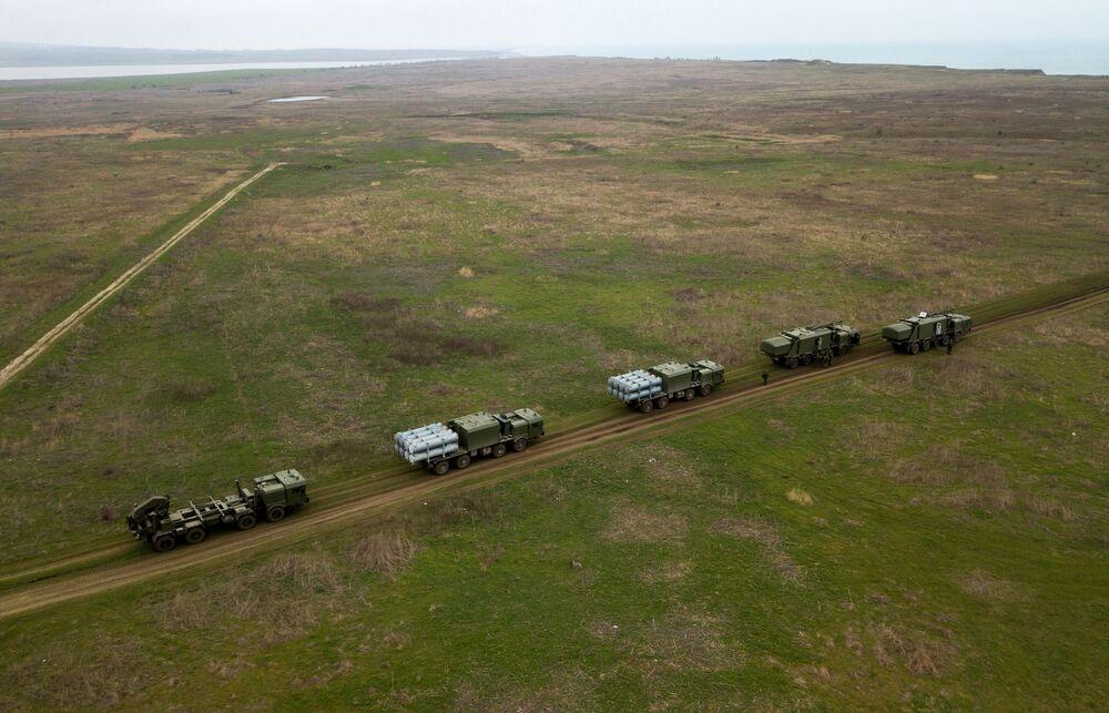 Vista aérea dos treinamentos das tripulações das Tropas de Mísseis e Artilharia russas no polígono Zhelezny Rog, na região de Krasnodar
