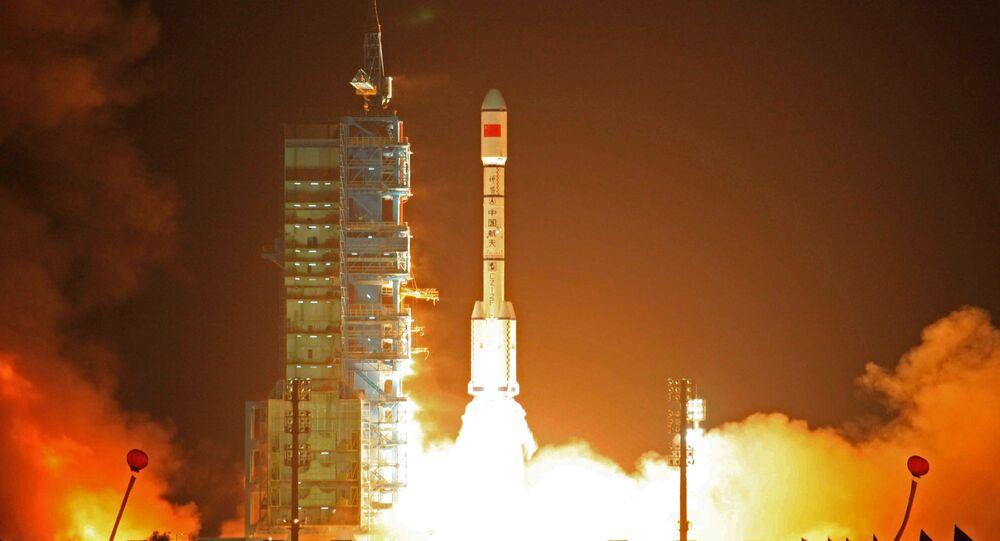 Foguete Long March-2FT1 junto com a estação Tiangong-1 estão sendo lançados para o espaço, em 2011 (foto de arquivo)
