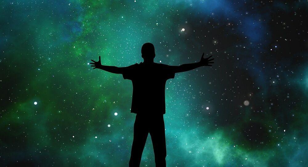 Homem olhando para Universo