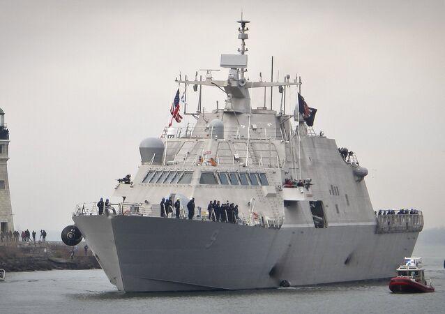 Novo navio de guerra dos EUA, USS Little Rock, chegando ao porto de Buffalo (imagem referencial)