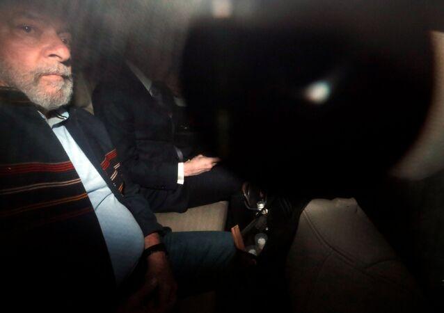 Lula em carro a caminho de Sindicato em São Bernardo do Campo