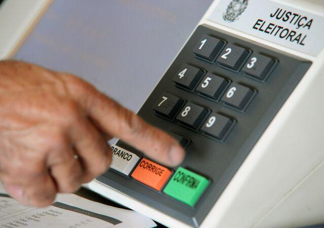 Sessão de orientações sobre o uso correto da urna eletrônica e a importância do voto.