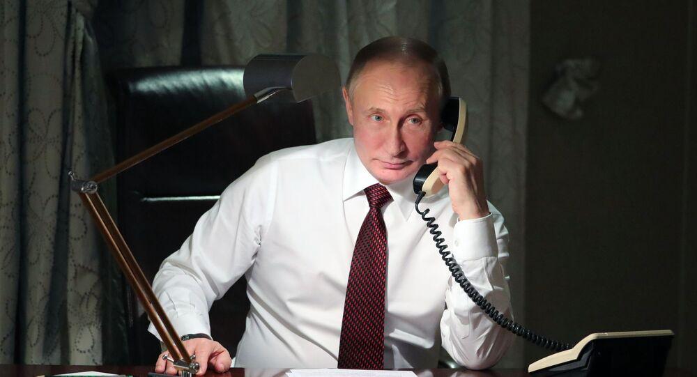 Presidente da Rússia, Vladimir Putin, durante uma conversa telefônica com o Patriarca de Constantinopla, Bartolomeu I