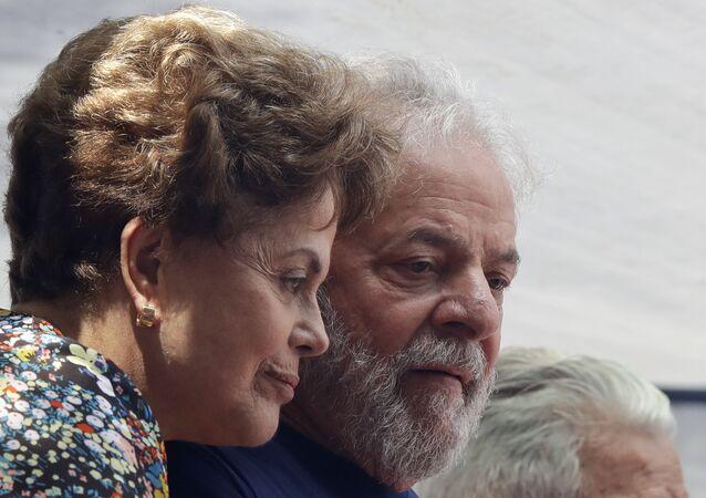 Dilma Rousseff e Luiz Inácio Lula da Silva durante discurso do ex-presidente em frente ao Sindicato dos Metalúrgicos em São Bernardo do Campo, em São Paulo. Lula teve a prisão decretada pelo juiz Sérgio Moro.