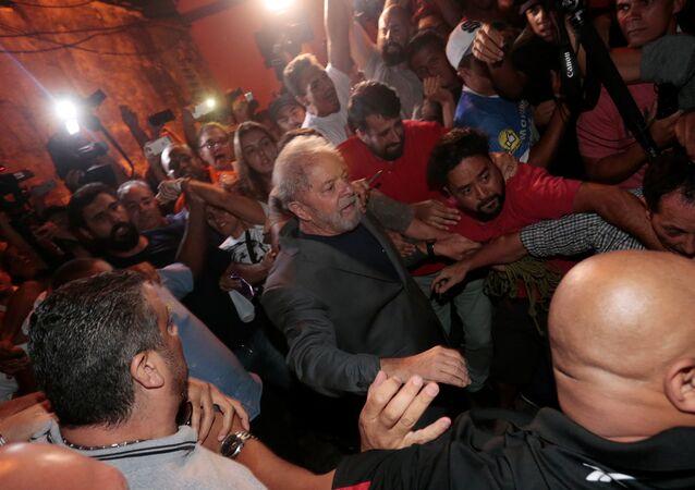 Ex-presidente Luiz Inácio Lula da Silva deixa Sindicato dos Metalúrgicos do ABC, em São Bernardo do Campo, em São Paulo, para seguir à prisão.