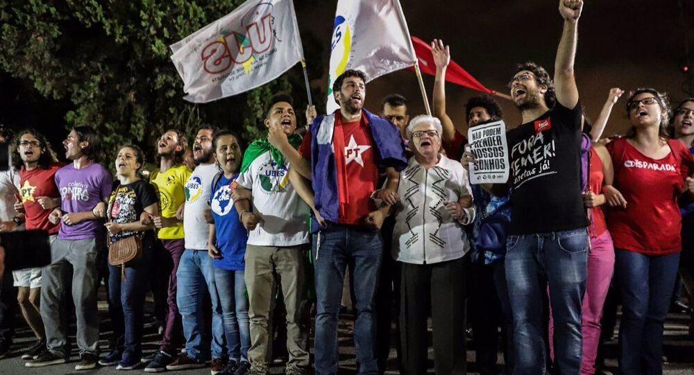 Manifestantes protestam em aeroporto de São Paulo para impedir que Lula embarque em direção a Curitiba, onde permanecerá preso. Entre eles está a deputada federal Luiza Erundina (PSOL-SP).