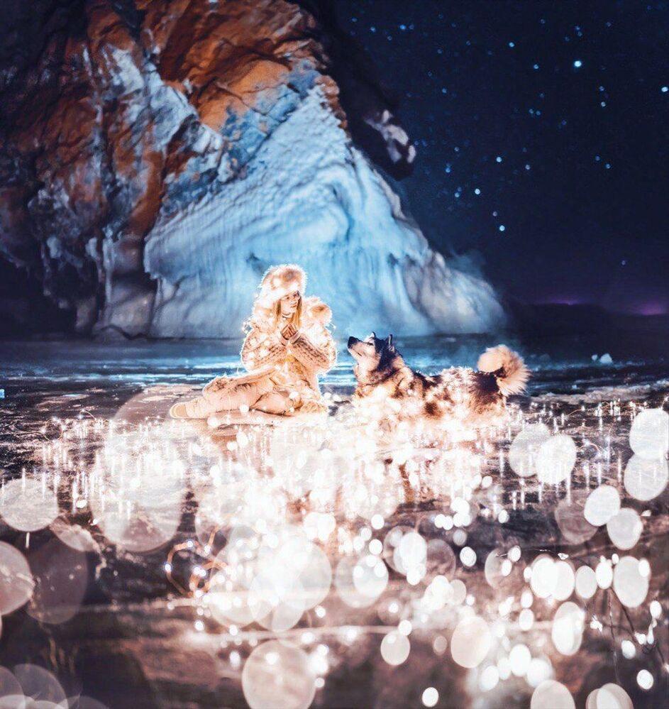 Menina com cachorro no lago Baikal congelado