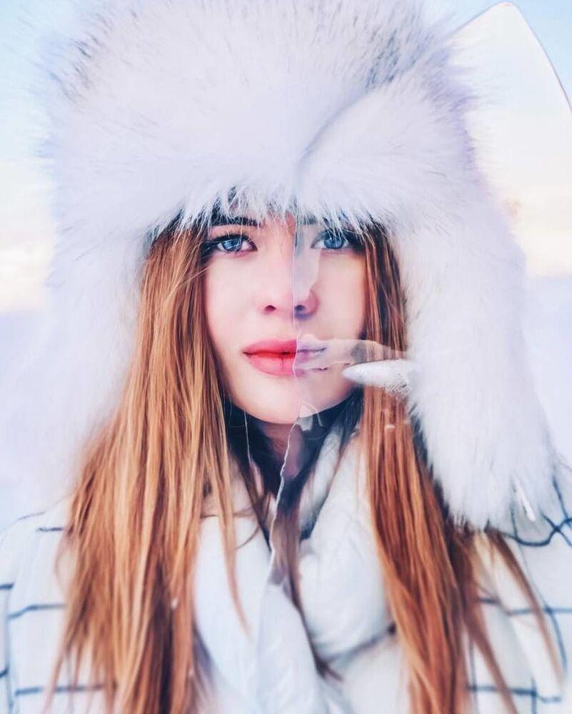 Menina no lago Baikal congelado