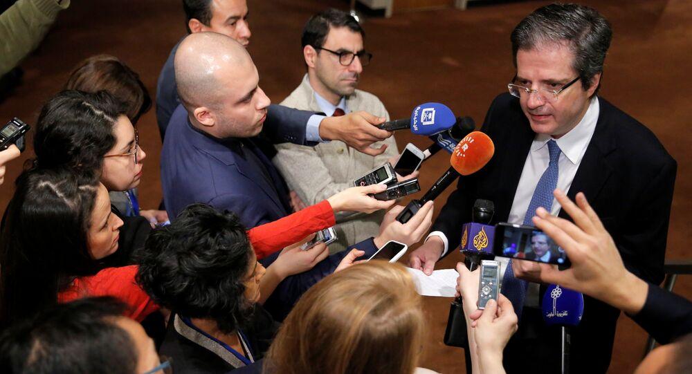 François Delattre, representante francês na ONU, fala com a mídia antes de uma reunião do Conselho de Segurança em 18 de dezembro de 2016.